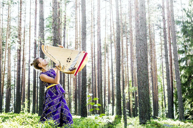 Nainen ja kantele metsässä. Kuvaaja: Ville Lehvonen