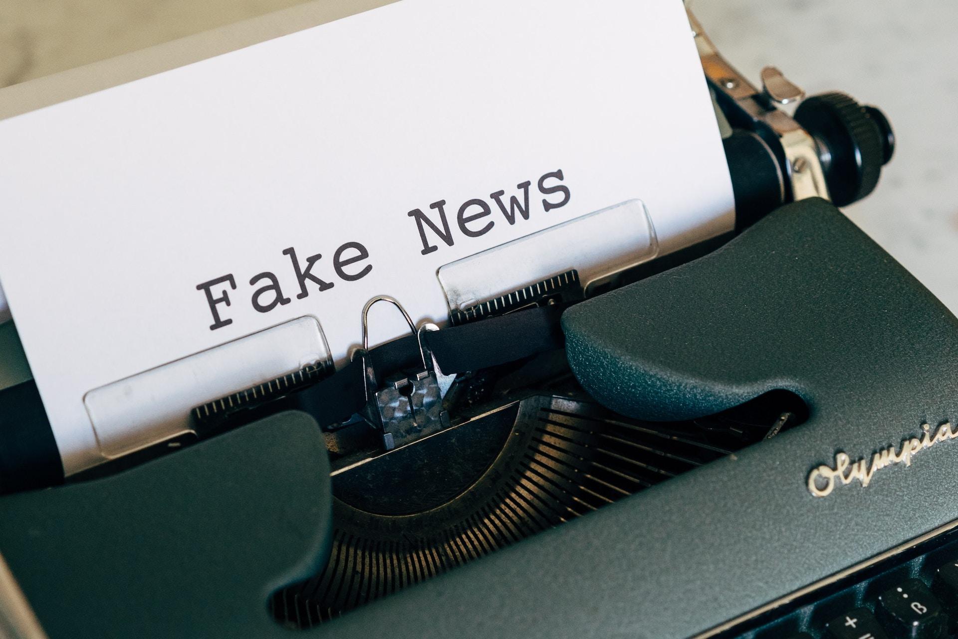 """black typewriter with """"fake news"""" written on white paper"""