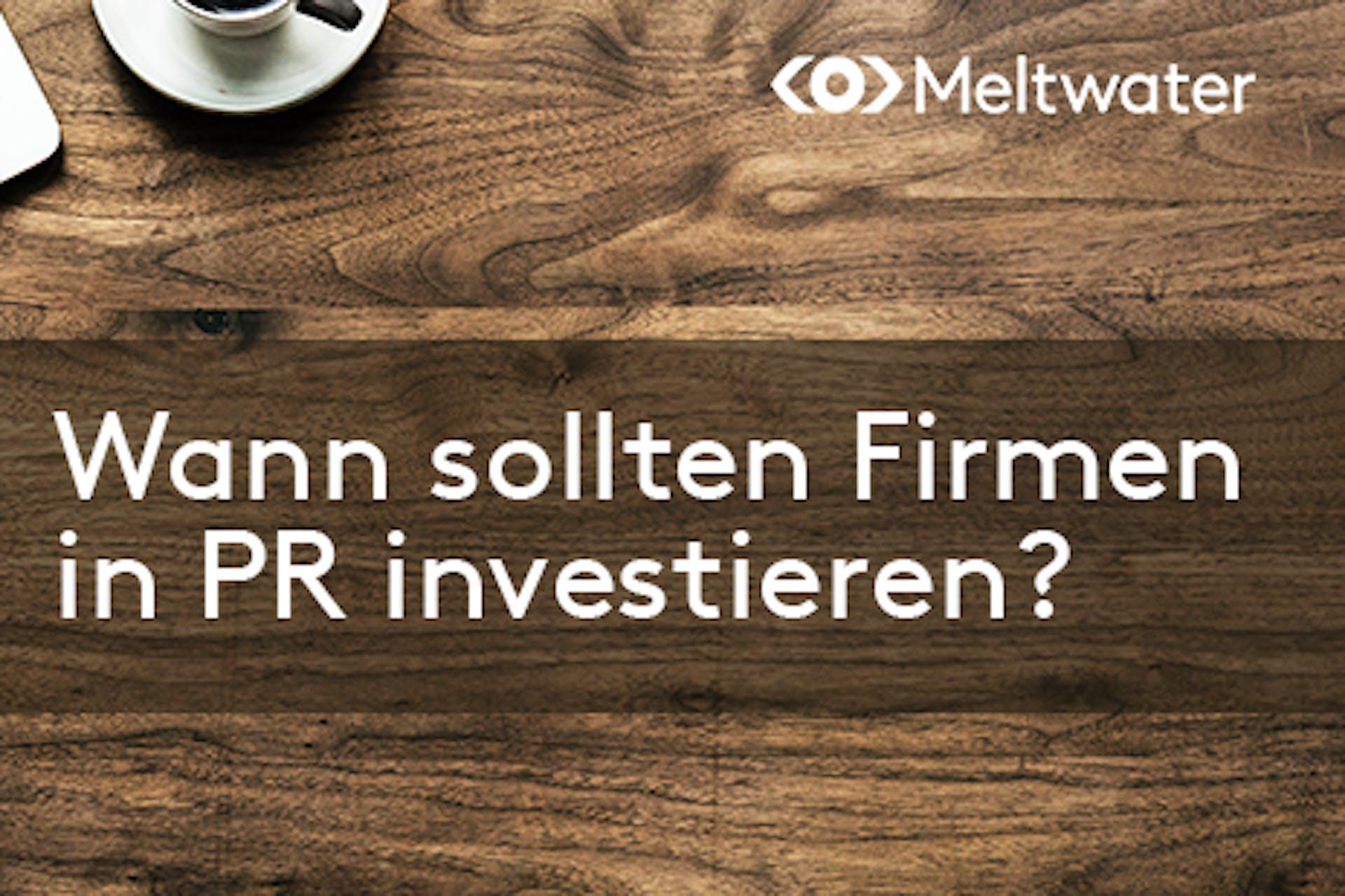 Wann sollten Firmen in PR investieren? Holztisch Aufschrift