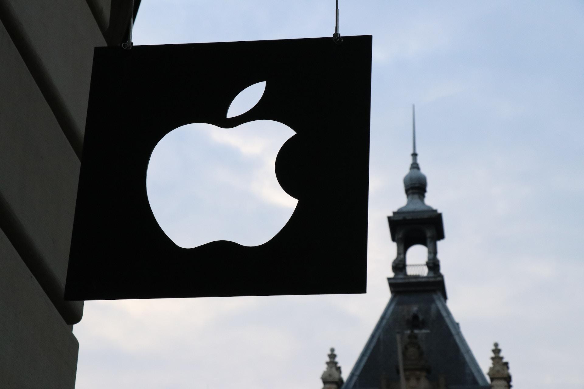 Man sieht ein Foto eines iStore Schildes, in dem das Apple Logo ausgeschnitten wurde und man durch die Transparenz den Himmel sehen kann.