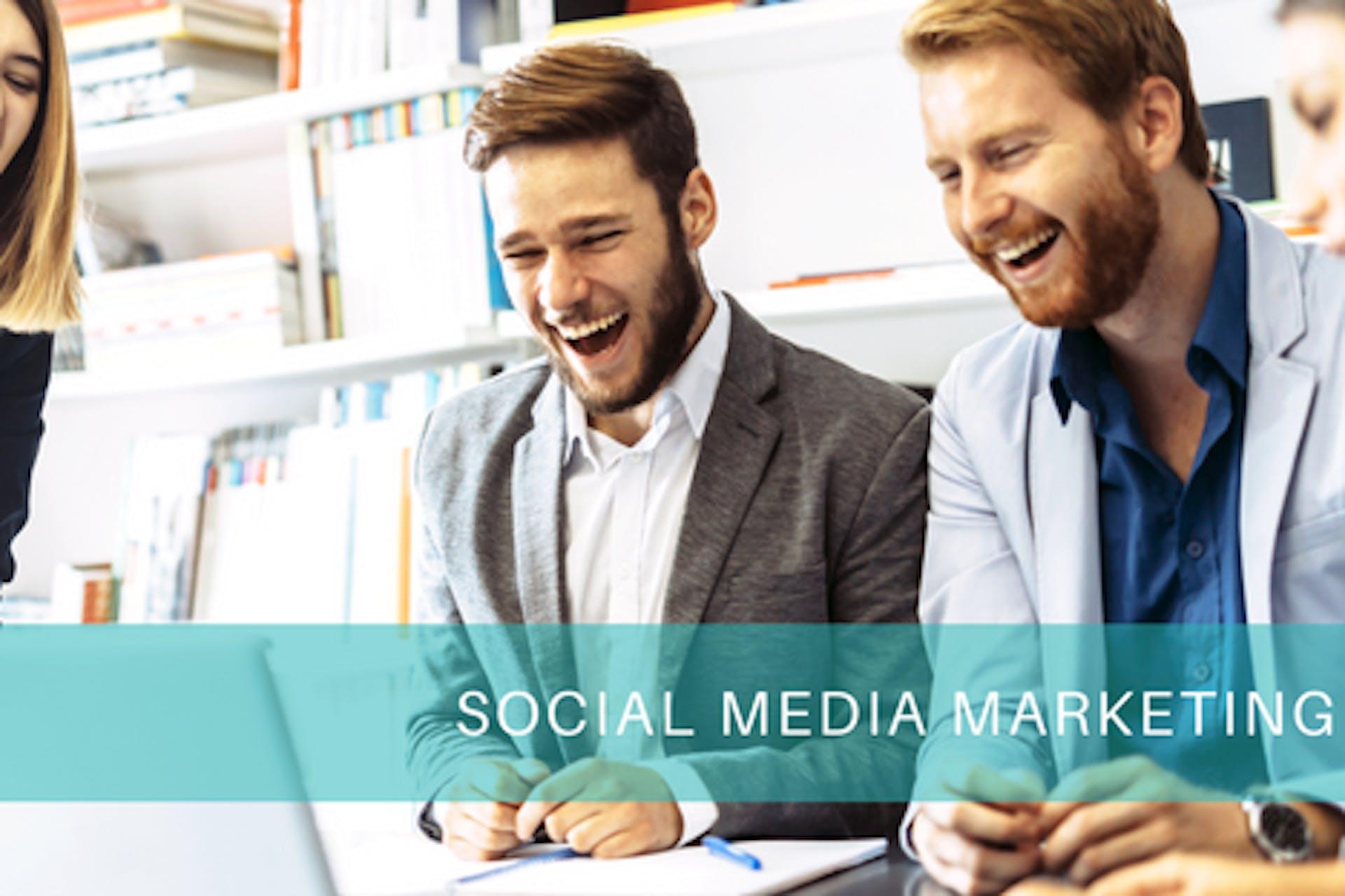 3 Menschen lachend bei der Arbeit Aufschrift Social Media Marketing