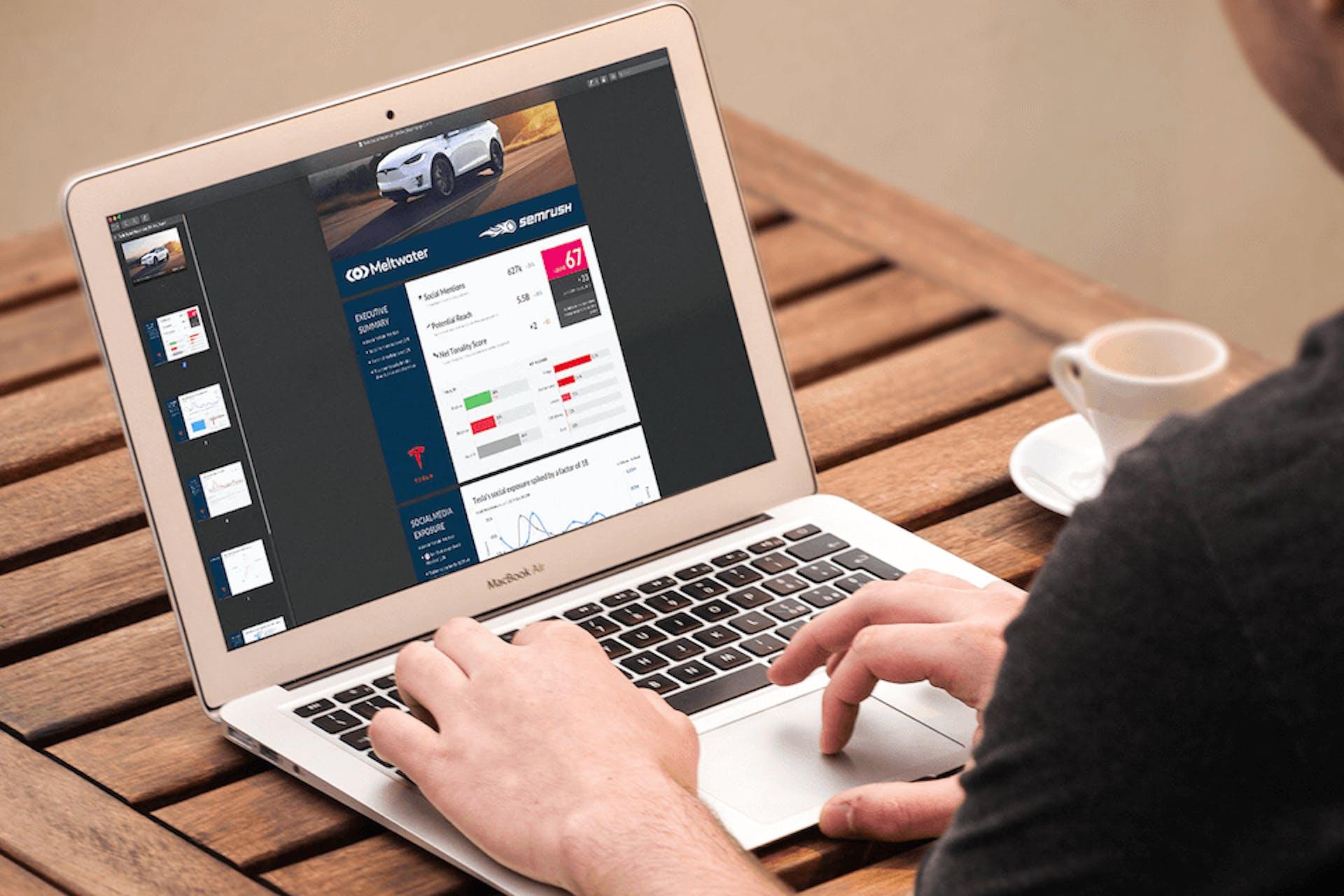 Vous pouvez voir un homme en train de regarder un rapport d'analyses sur son écran d'ordinateur.
