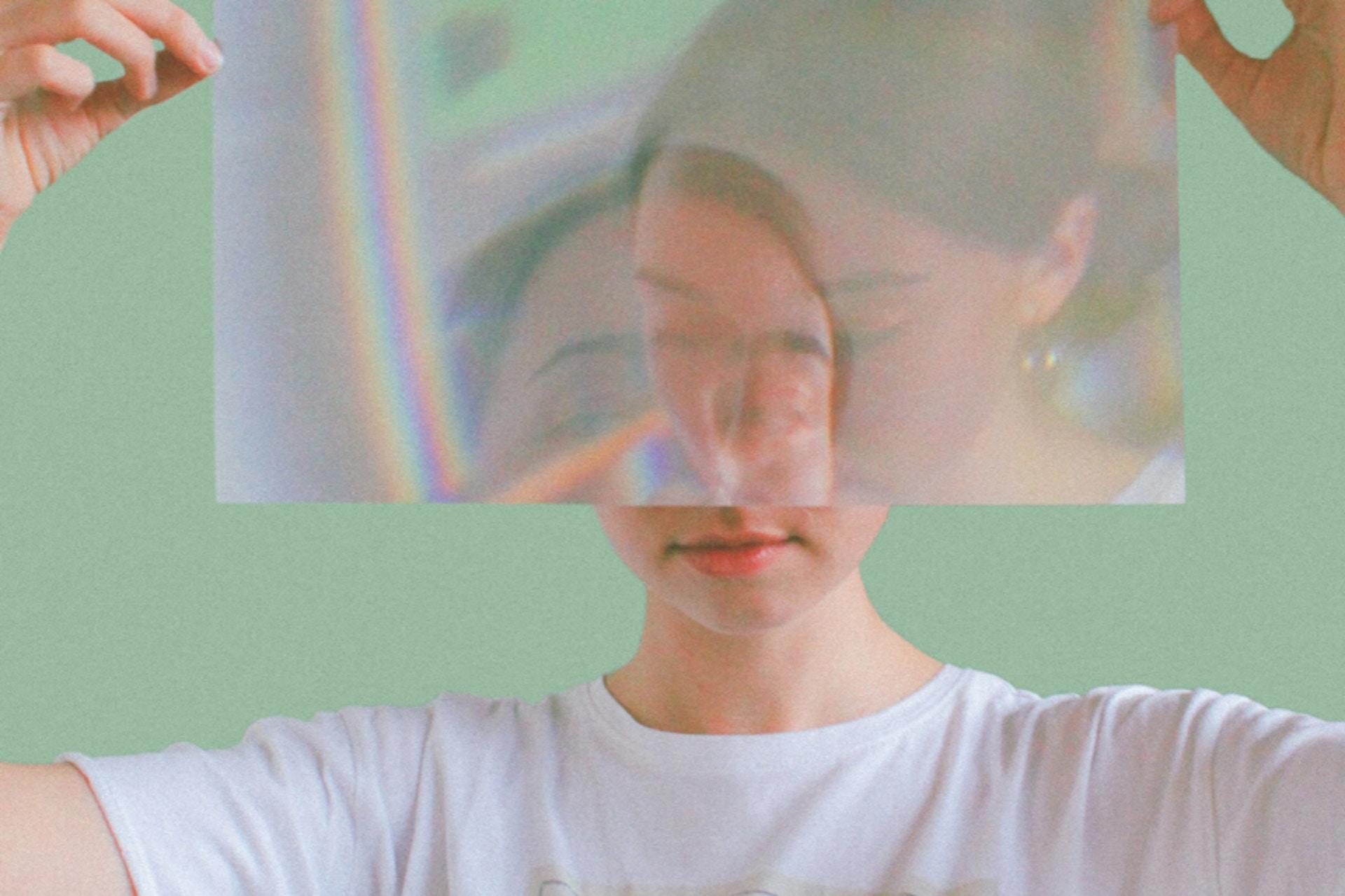 Frau hält Folie vor ihr Gesicht, das verzerrt