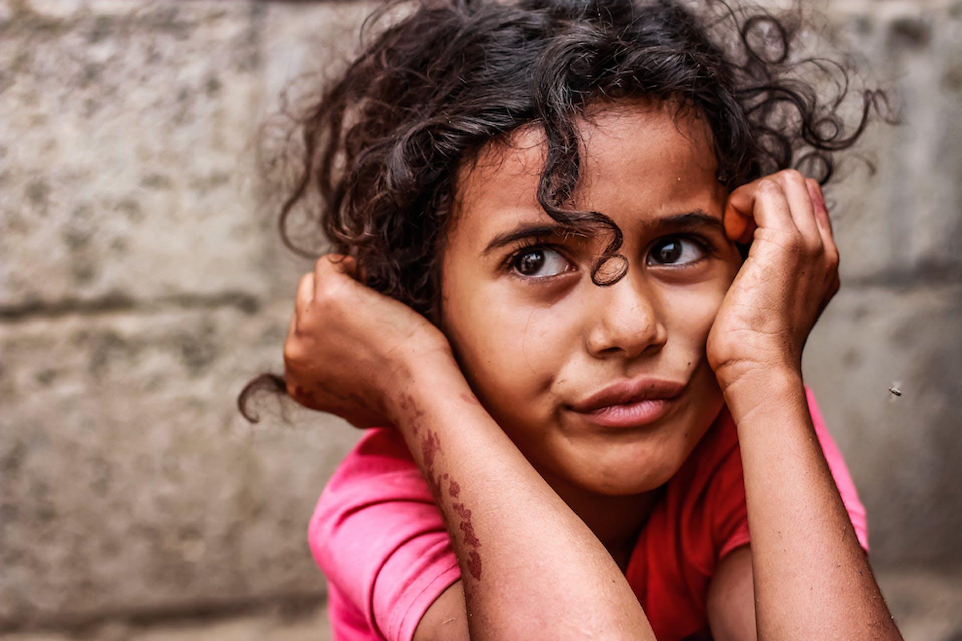 Suffering in Silence kleines Mädchen mit Locken pinkes T-Shirt
