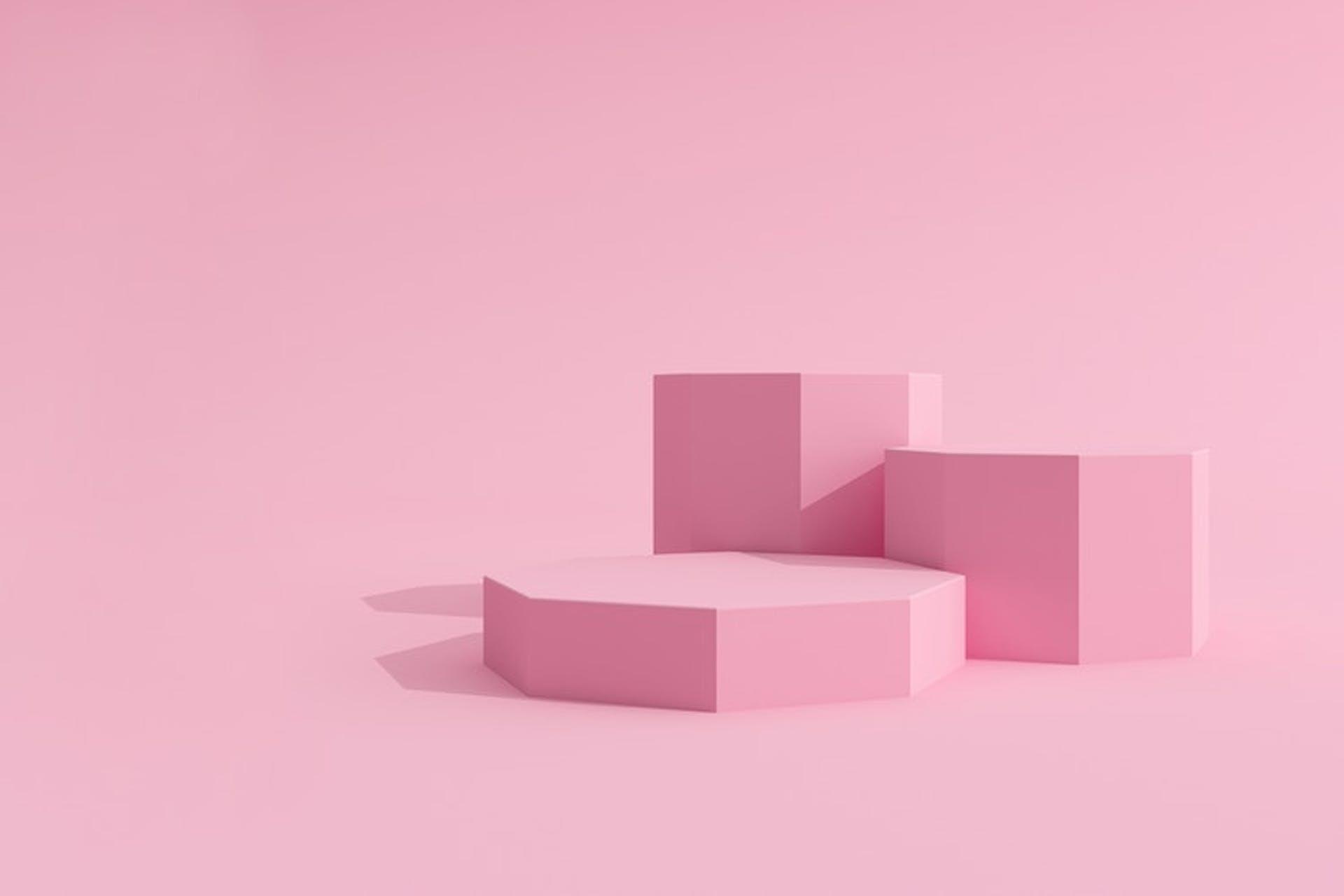 Vaaleanpunainen kuva, jossa kolme palikkaa vierekkäin