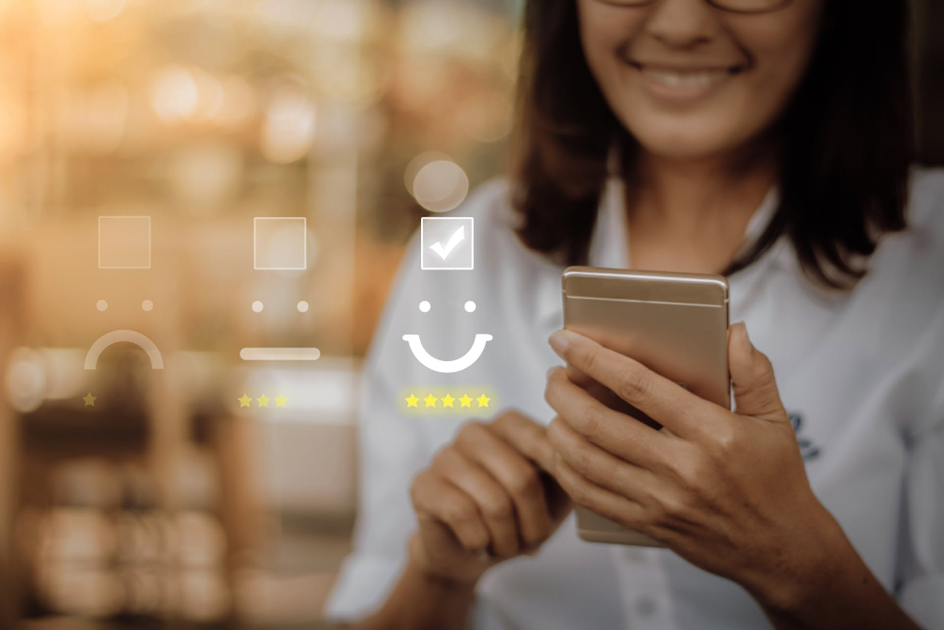 Frau hält ihr Smartphone in der Hand mit Sternen, Bewertungen, Rezensionen für Reputationsmanagement