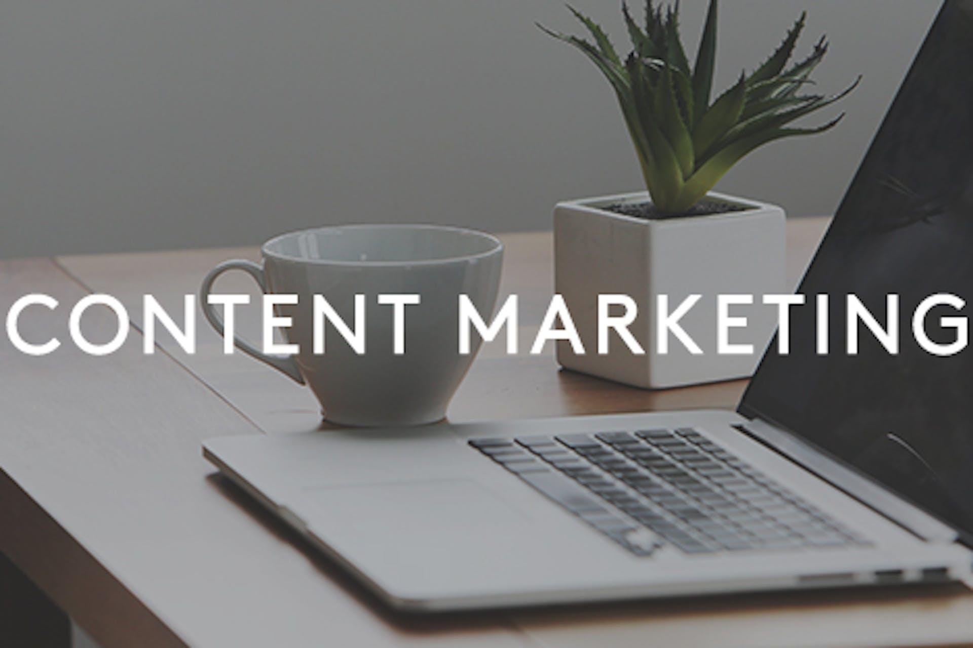 Content Marketing Aufschrift Laptop auf Tisch