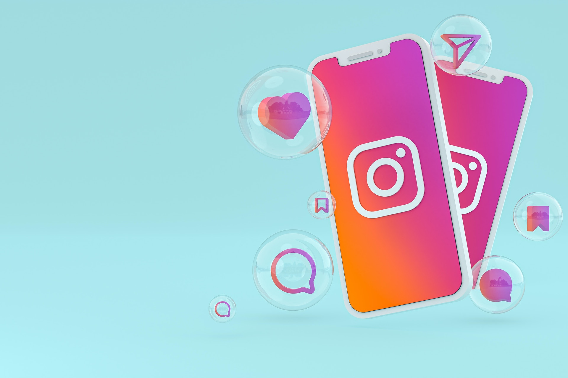 Hellblauer Hintergrund, 2 Iphones mit dem Instagram Logo und rot/orangenen Hintergrund, verschiedene Icons in Blasen um die Iphones