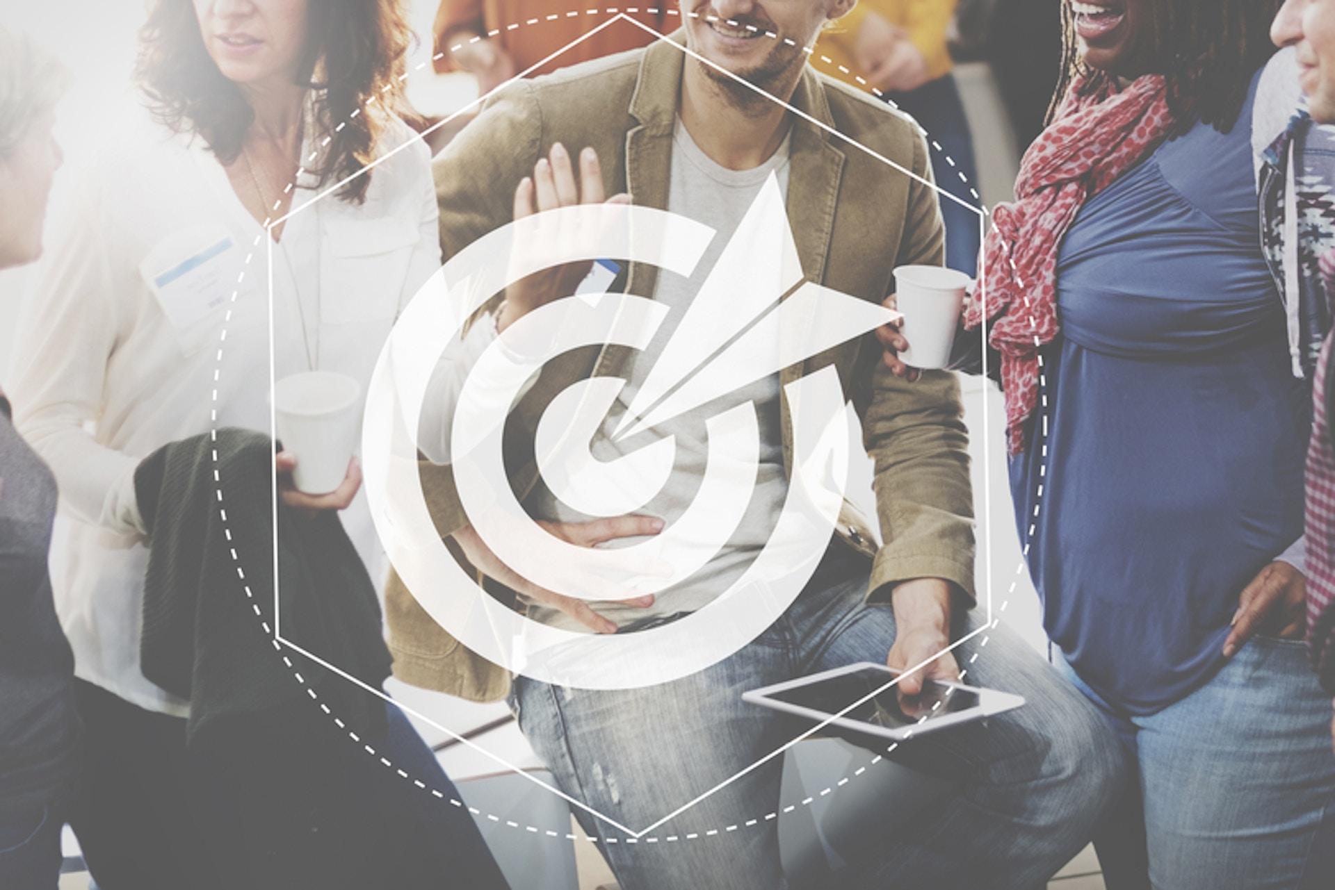 Zielscheibe vor Hintergrund mit Menschen Zielgruppendefinition
