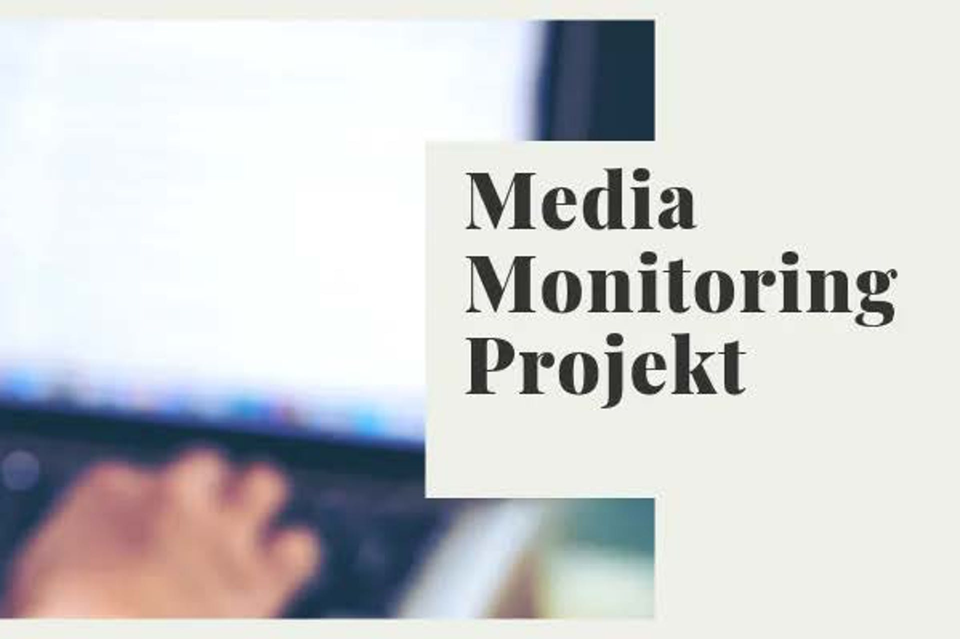 """Man sieht verschwommen im Hintergrund jemanden, der an seinem Laptop arbeitet und dabei sein Smartphone in der Hand hält. Rechts steht """"Media Monitoring Projekt"""" geschrieben."""