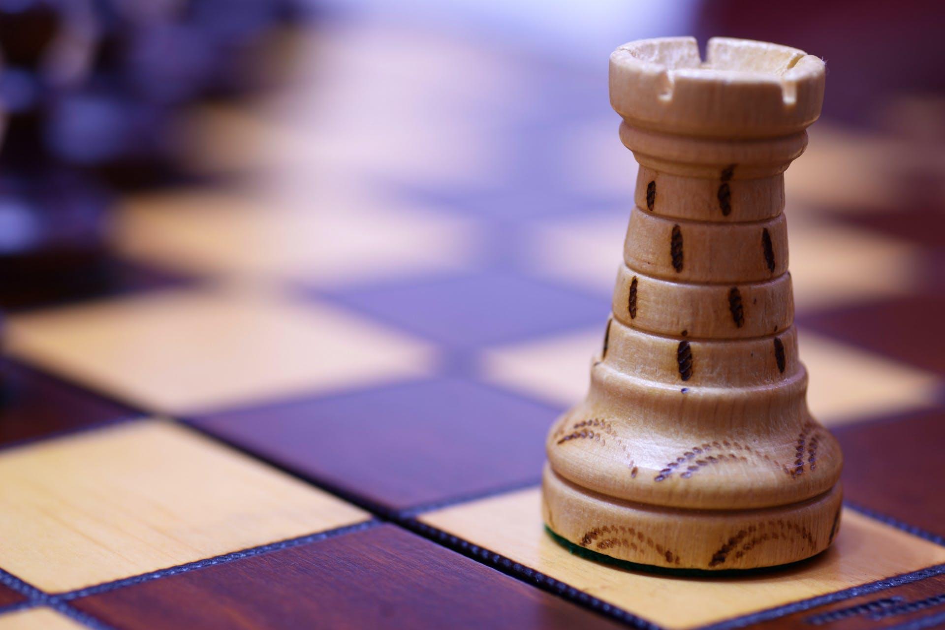 Man sieht ein Foto einer Schachfigur auf einem Schachbrett stehen. Dieses Bild ist das Titelbild unseres Beitrags zum Thema, wie man durch eine Marktanalyse den relativen Marktanteil erhöhen kann.