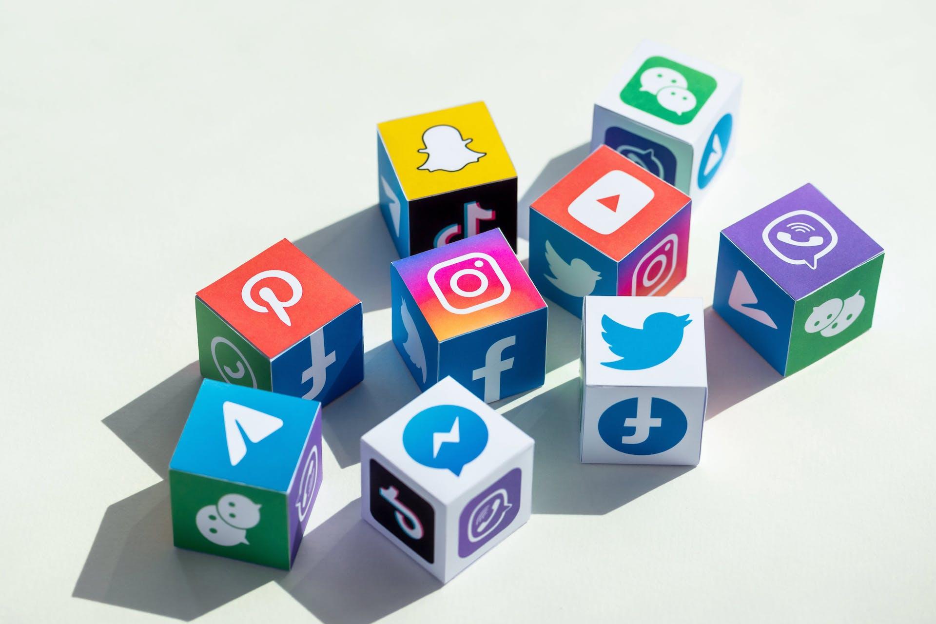 Cube avec des logos des médias sociaux comme Twitter, Facebook, Messenger, Instagram, etc.