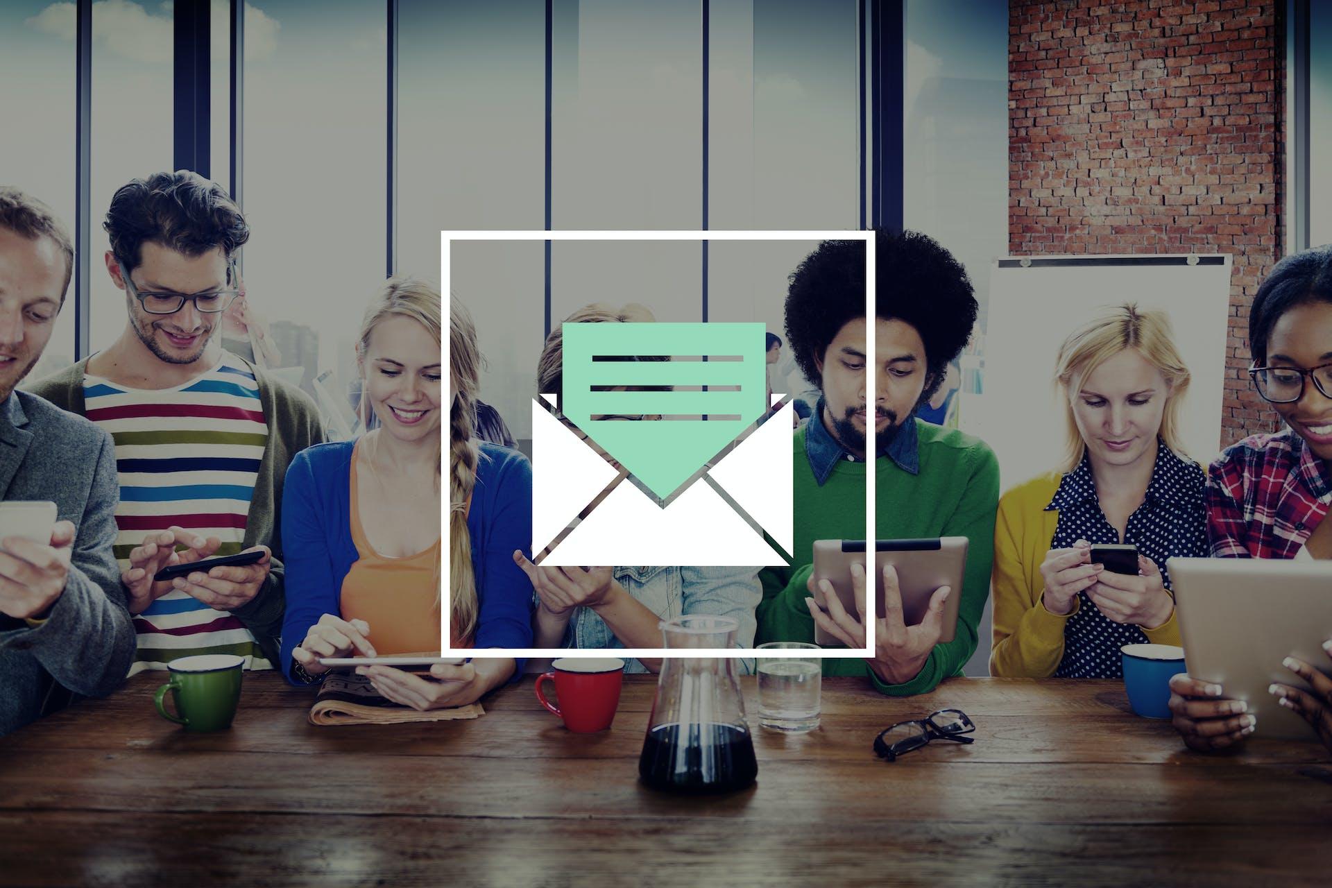 Diverses Team mit Newsletter Icon im Vordergrund