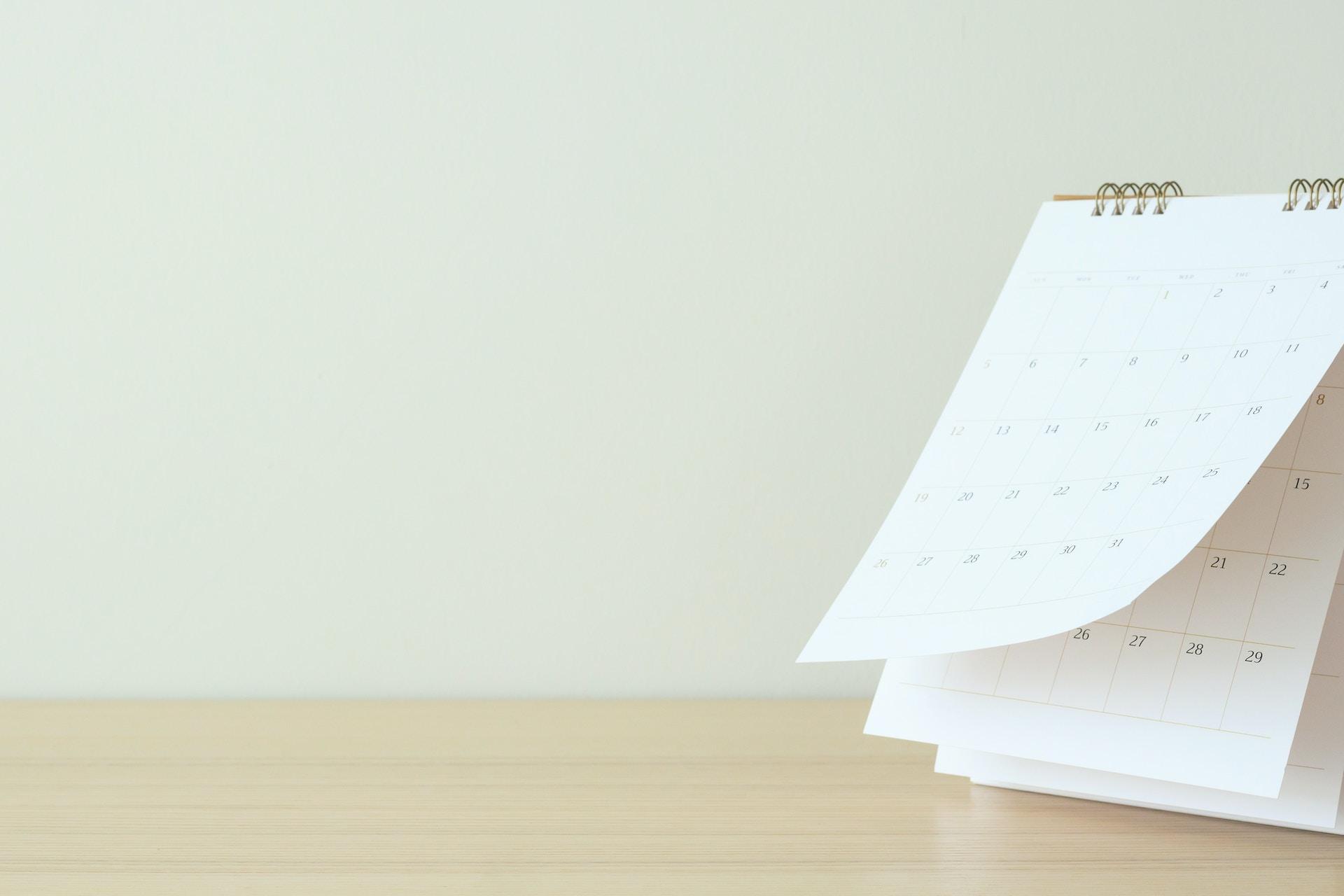 Man sieht ein Bild eines aufgeblätterten Kalenders auf einem Tisch als Titelbild für die beliebtesten Feiertags-Kampagnen