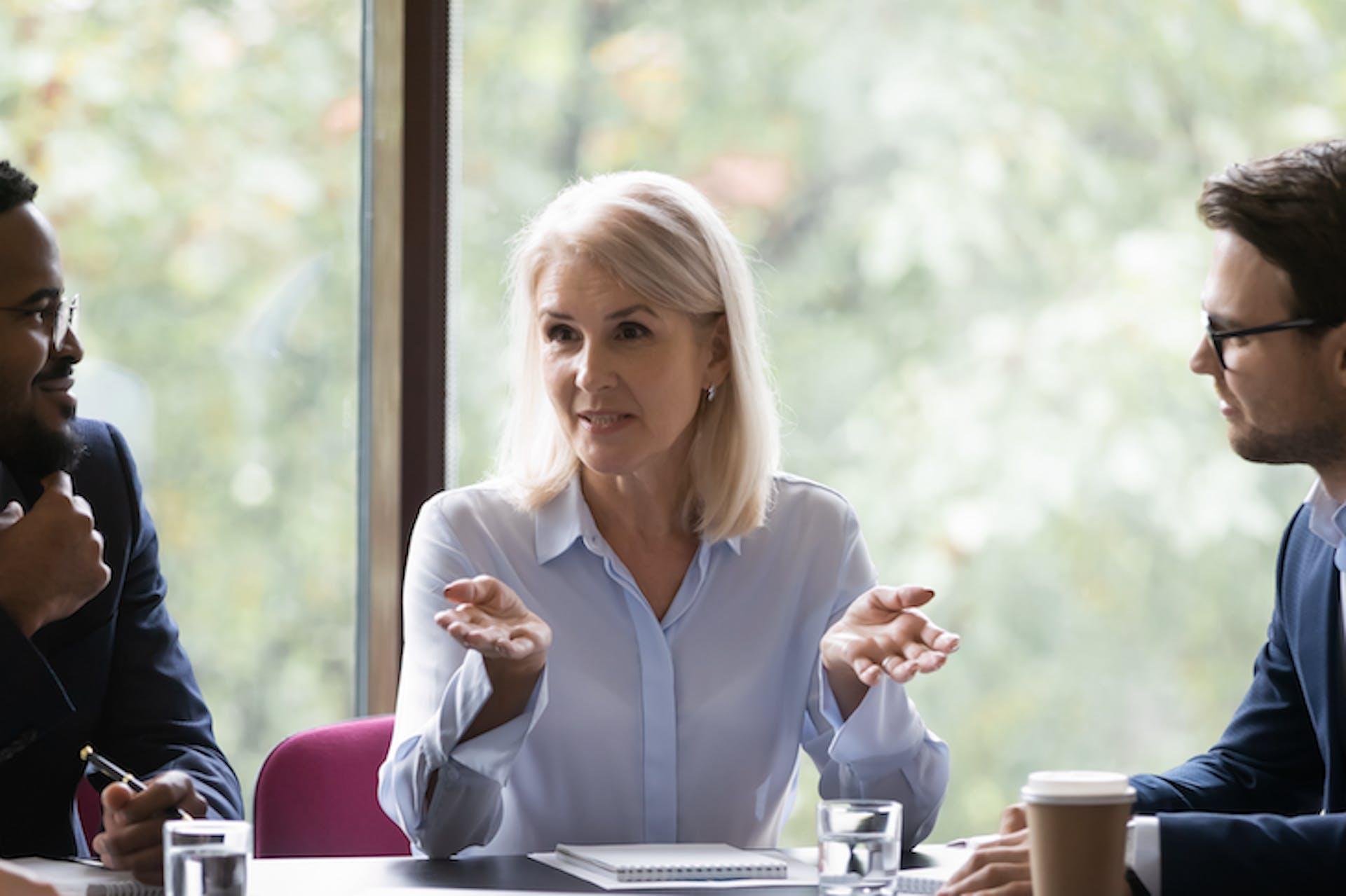 Geschäftsleute sitzen an einem Konferenztisch und diskutieren