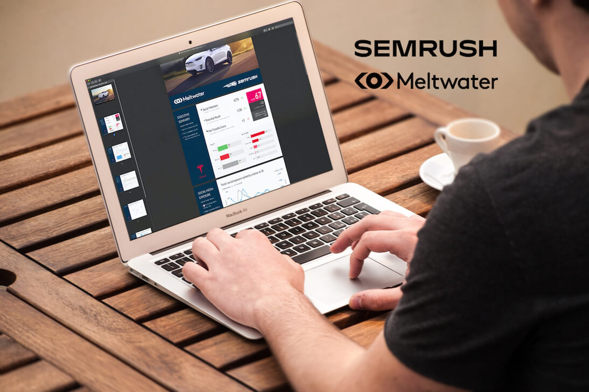 Man sieht einen Mann an seinem Laptop arbeiten. Dabei scrollt er durch den Automobil Branchenreport von Meltwater und Semrush