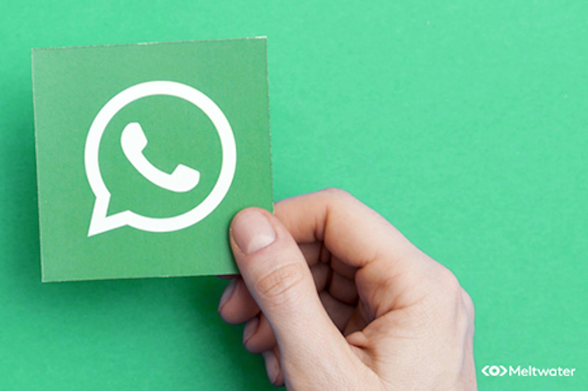 Grüner Hintergrund mit Whatsapp Icon in einer Hand Aufschrift Messenger Marketing