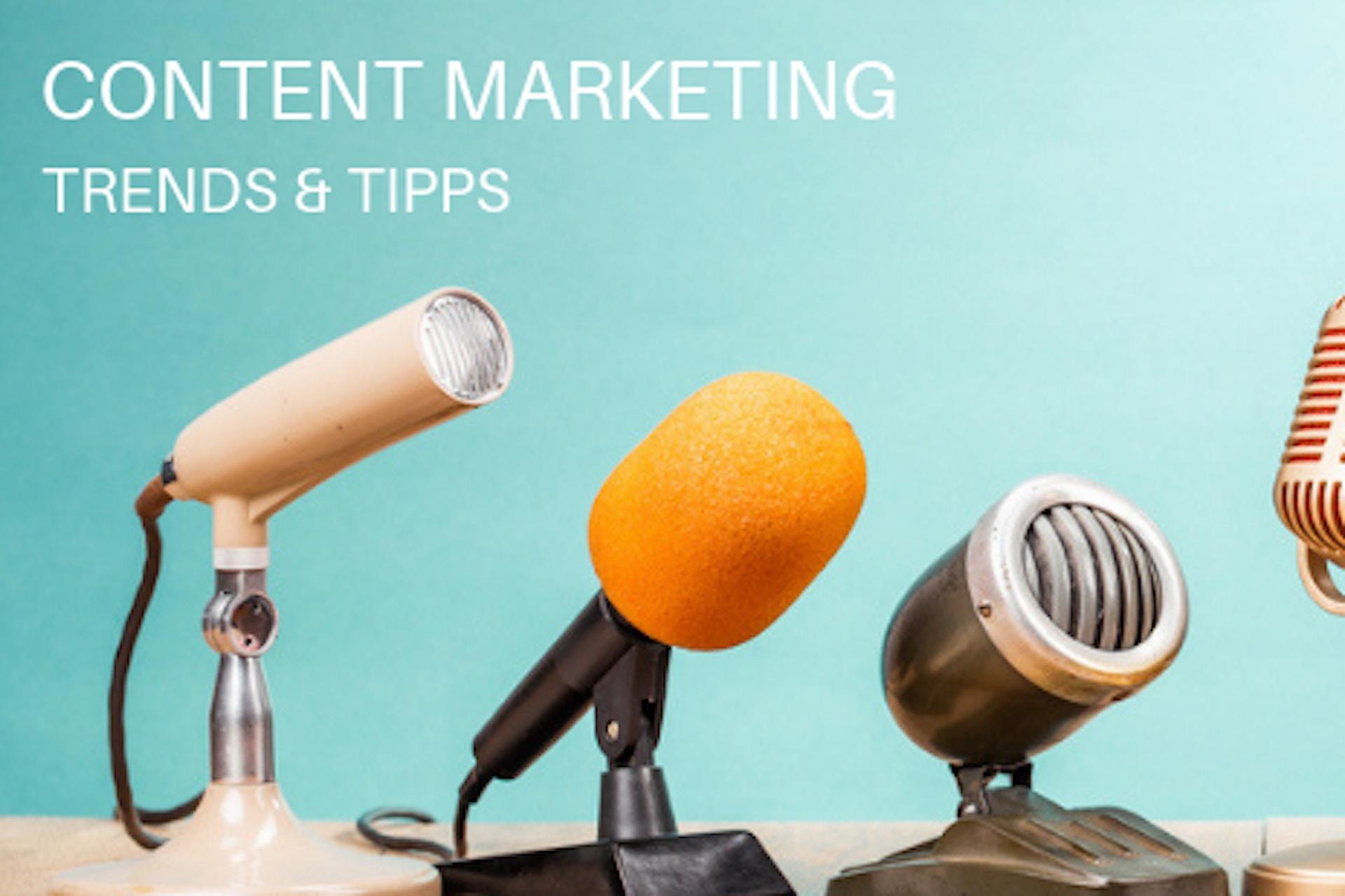 Mikrophone in verschiedenen Farben und Formen auf einem Tisch vor türkisem Hintergrund mit Aufschrift Content Marketing Trends und Tipps