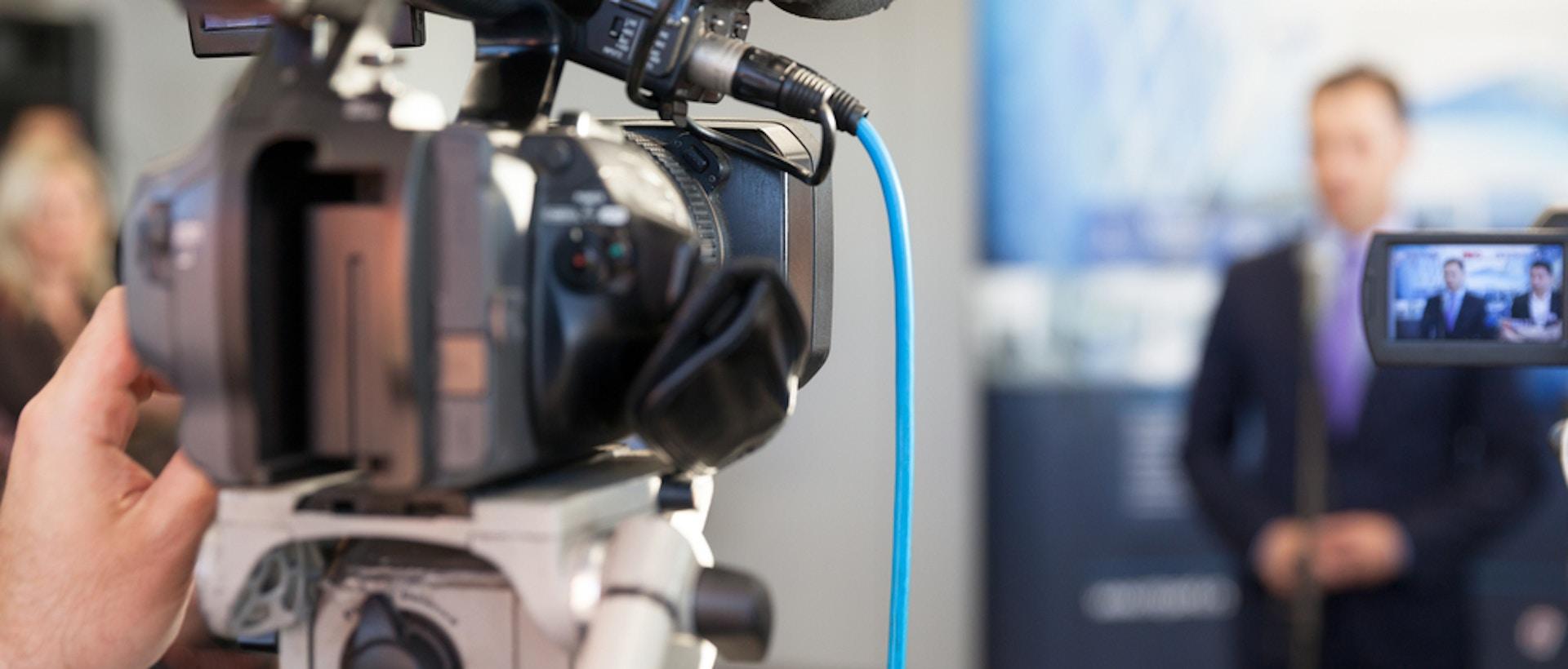attirer journalistes