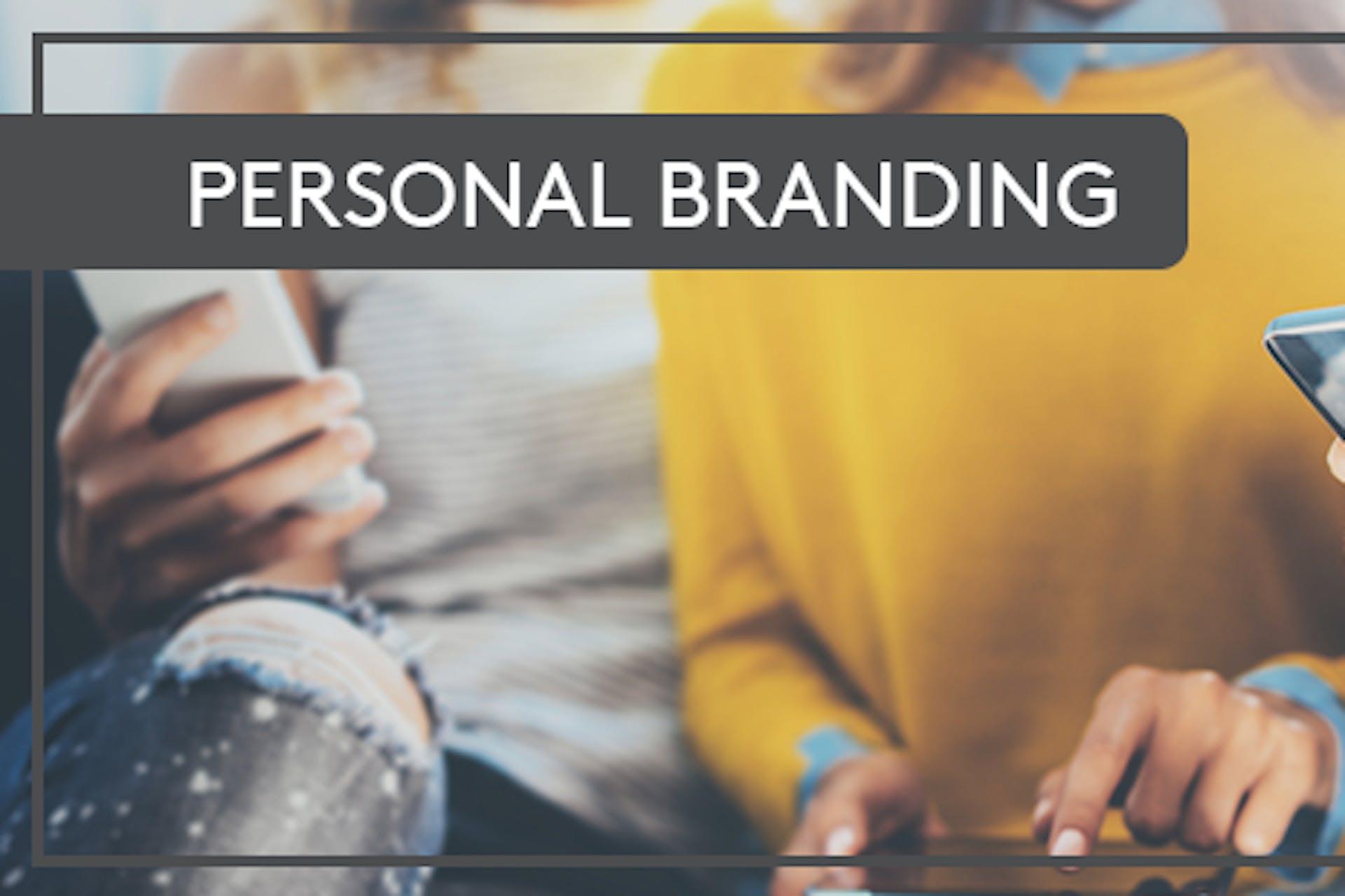Personal Branding Smartphone Sofa gelber Pullover