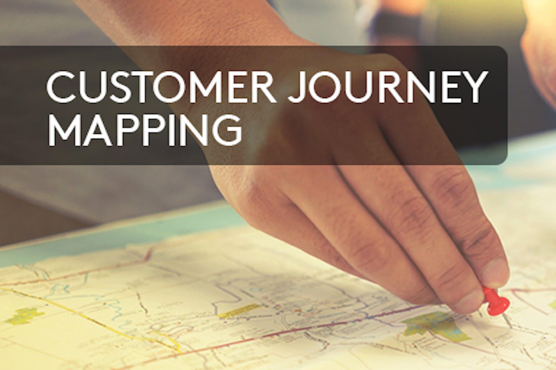 Hände auf Karte Aufschrift Customer Journey Mapping