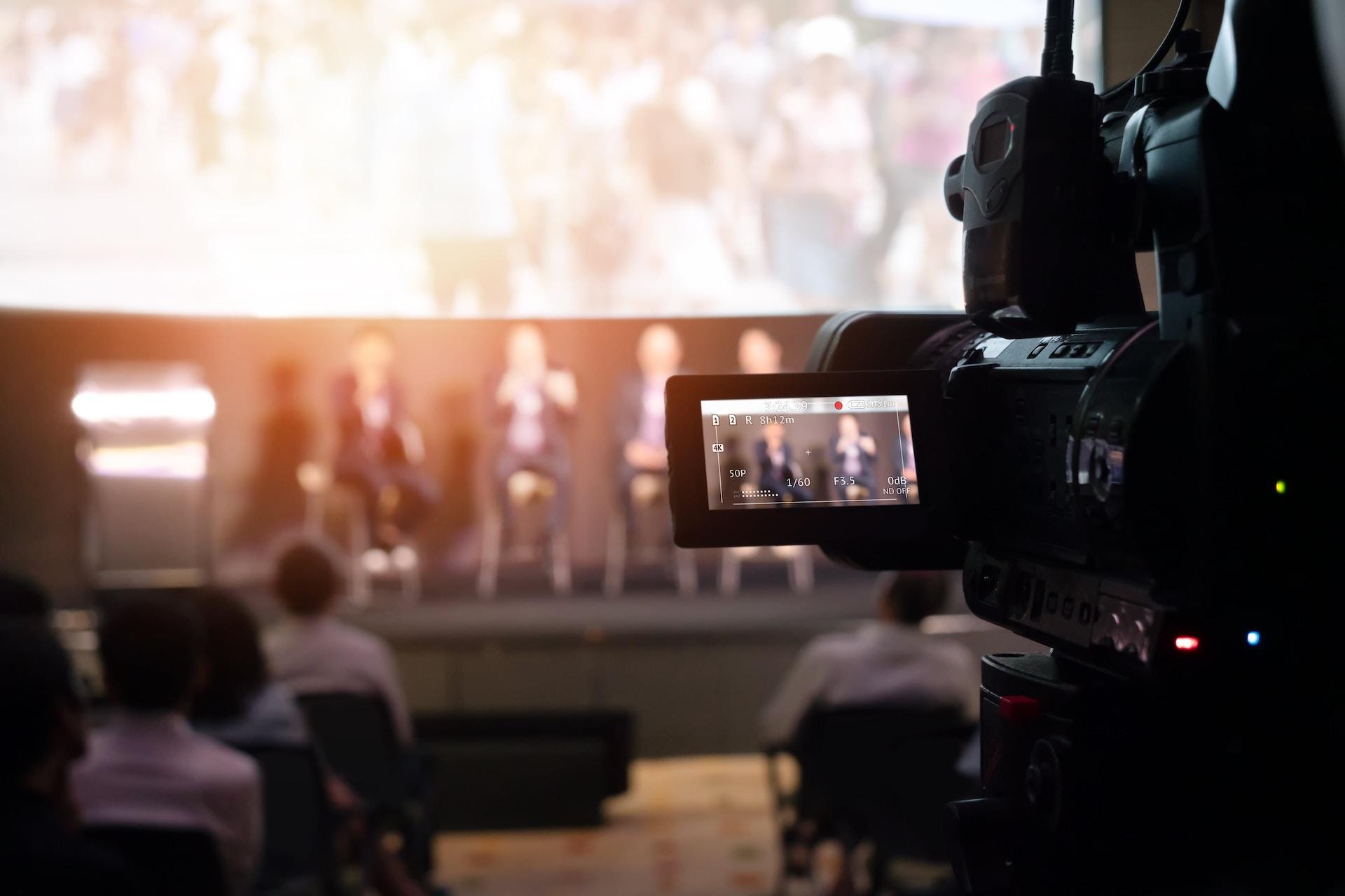 Caméra qui filme un événement sur une scène