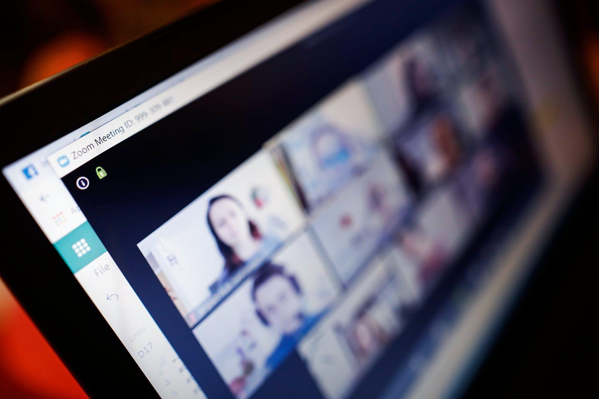 Man sieht einen Laptop von schräg oben fotografiert, auf dem ein Zoom Video Call läuft. Dieses Bild dient als Illustration unseres Beitrags zum Thema Event Marketing Strategien und Best Practices.