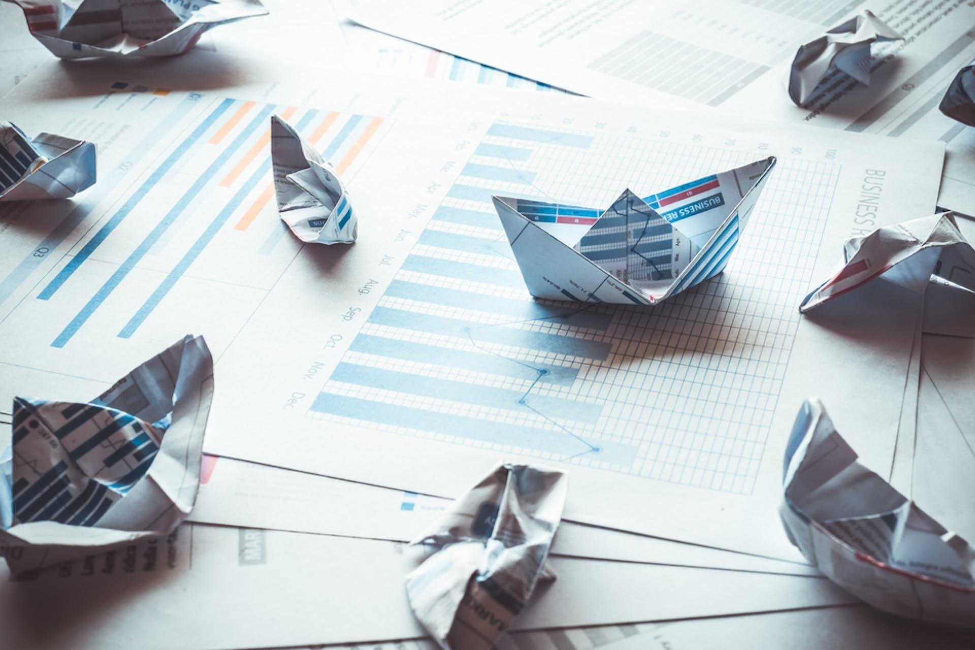 Papierschiffchen auf Analyse Papier