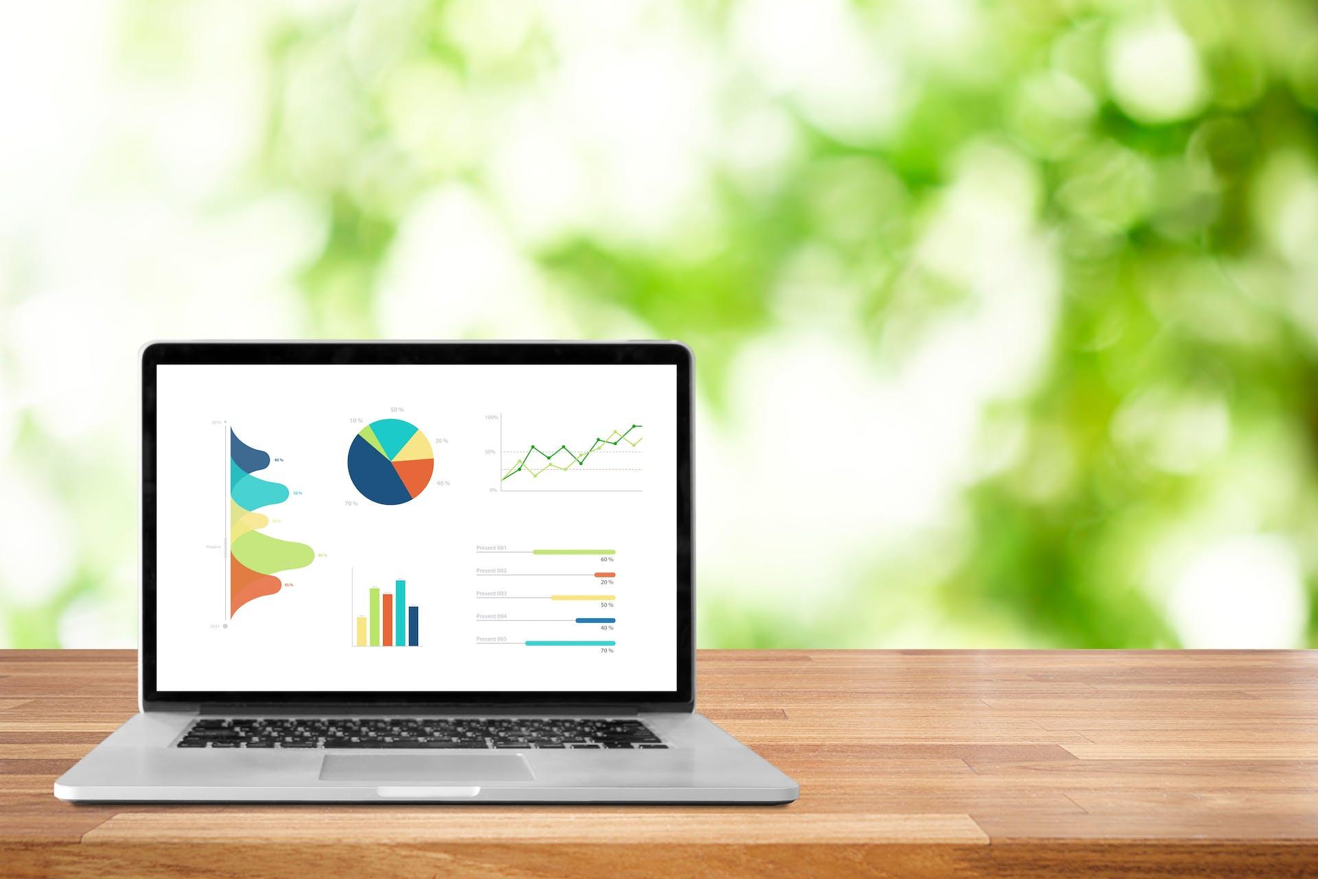Visuel d'un ordinateur avec des graphiques et un fond de verdure