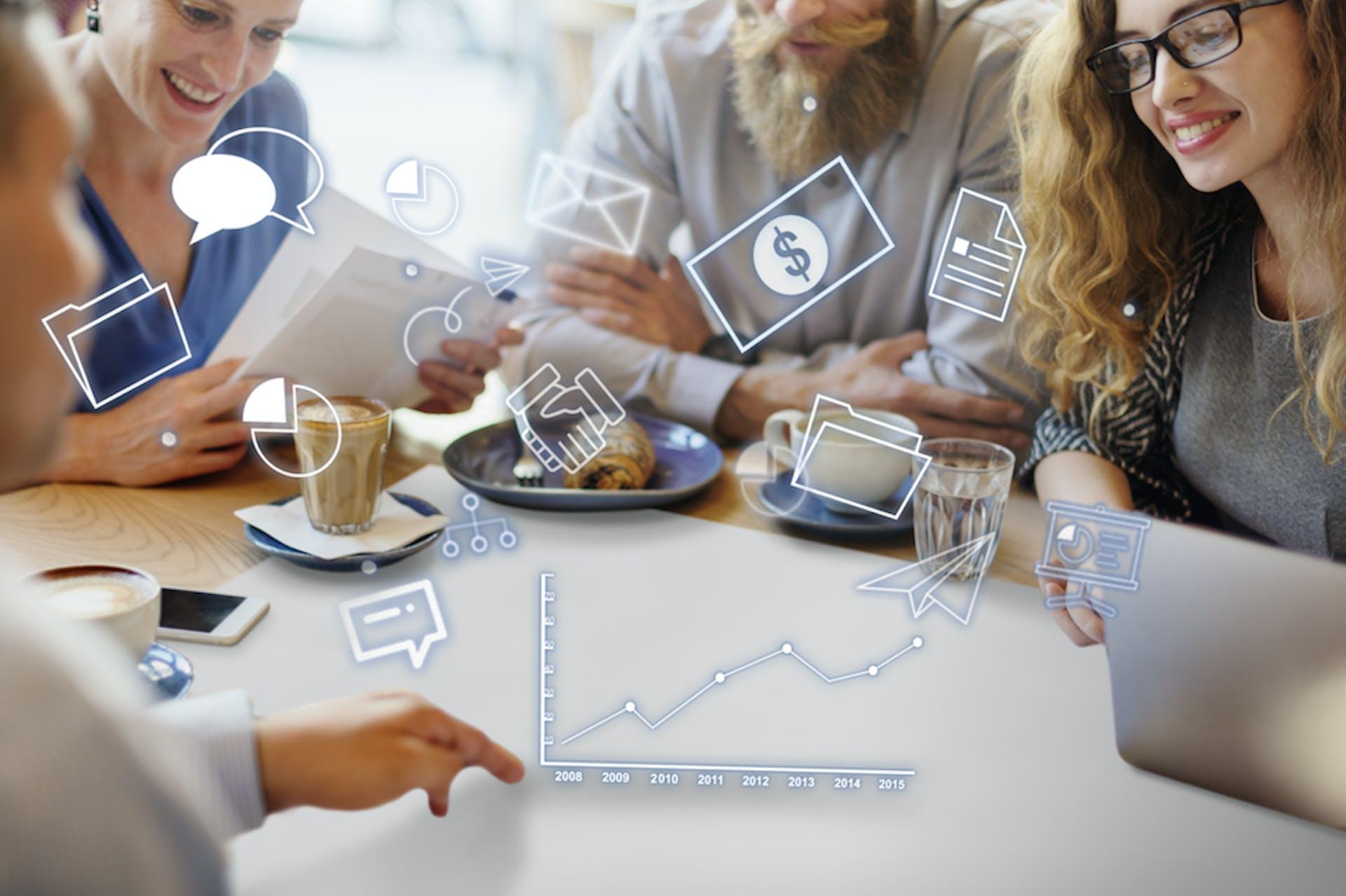 Team arbeitet an einem Tisch Overlay Icons zum PR Kampagnenmanagement