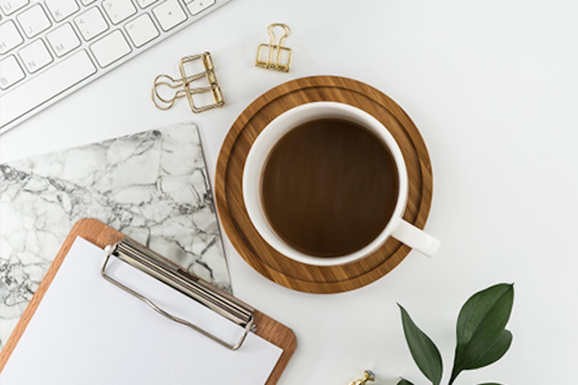 Kafeetasse auf Tisch mit Aufschrift Content Marketing 7 Fragen 7 Antworten