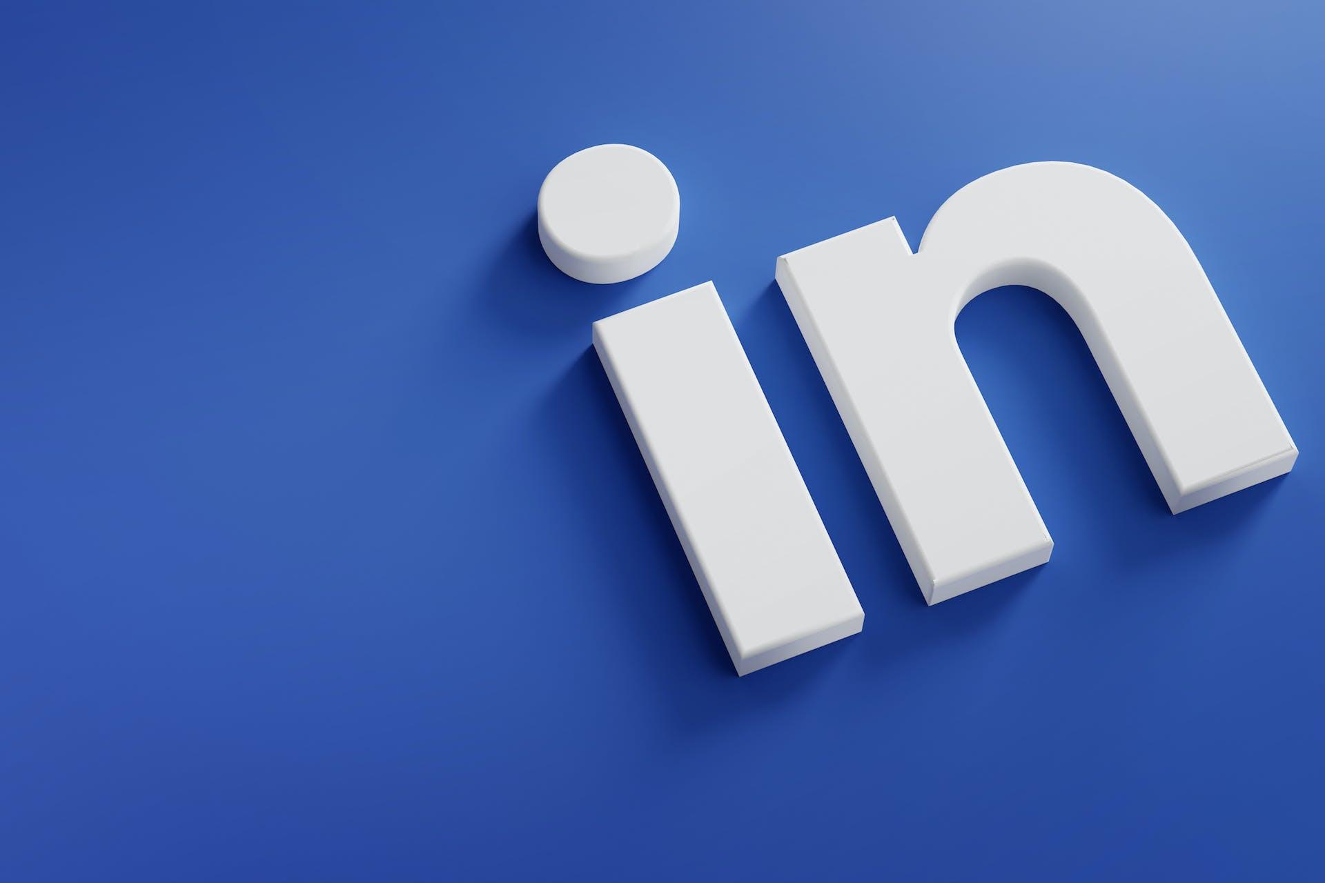 Blauer Hintergrund mit 2 großen Buchstaben: in in weiß