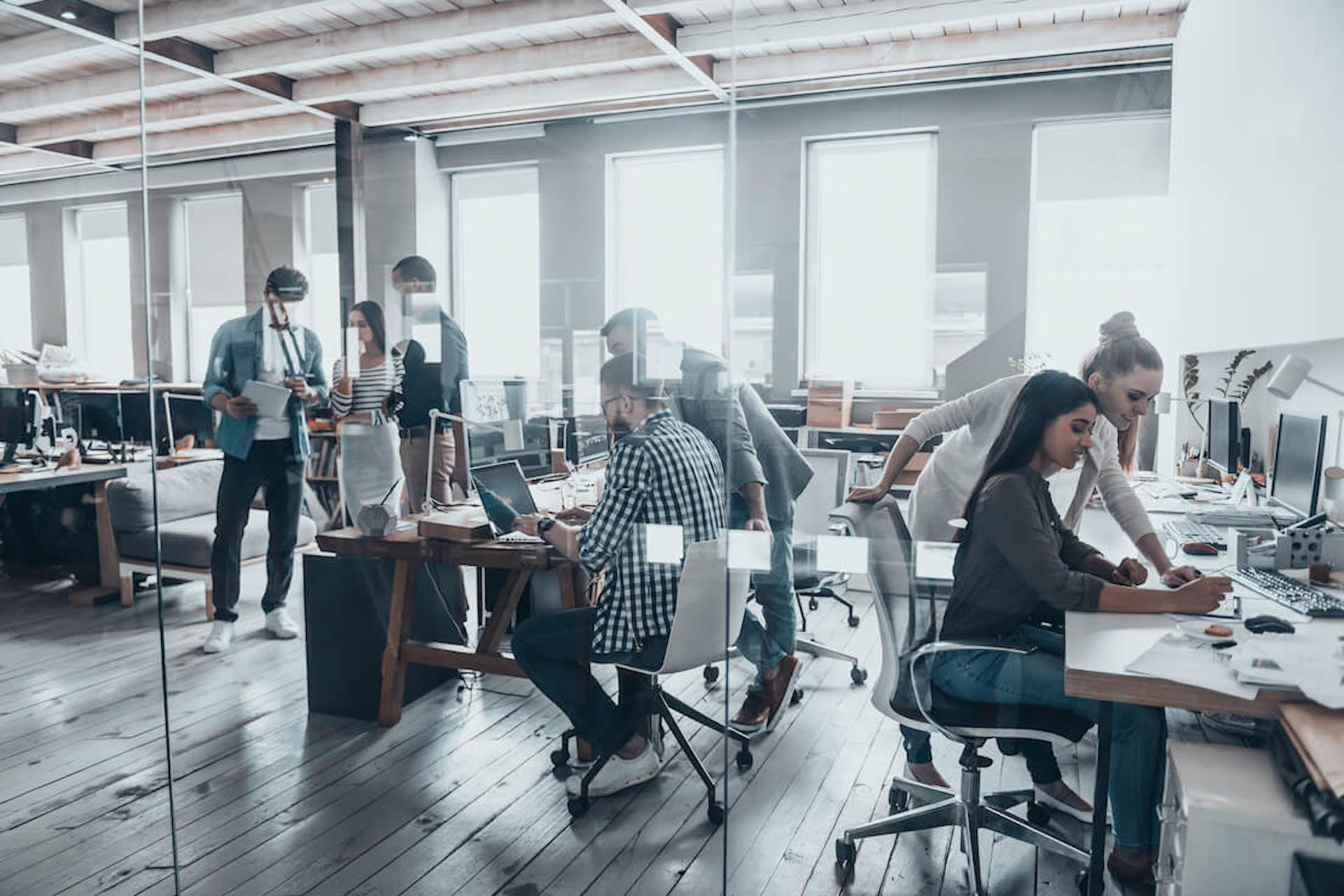 Man sieht eine Momentaufnahme einer Office Scene. Dies ist das Titelbild für unseren Benchmarking Guide mit 5 Tipps zur Benchmark-Analyse.