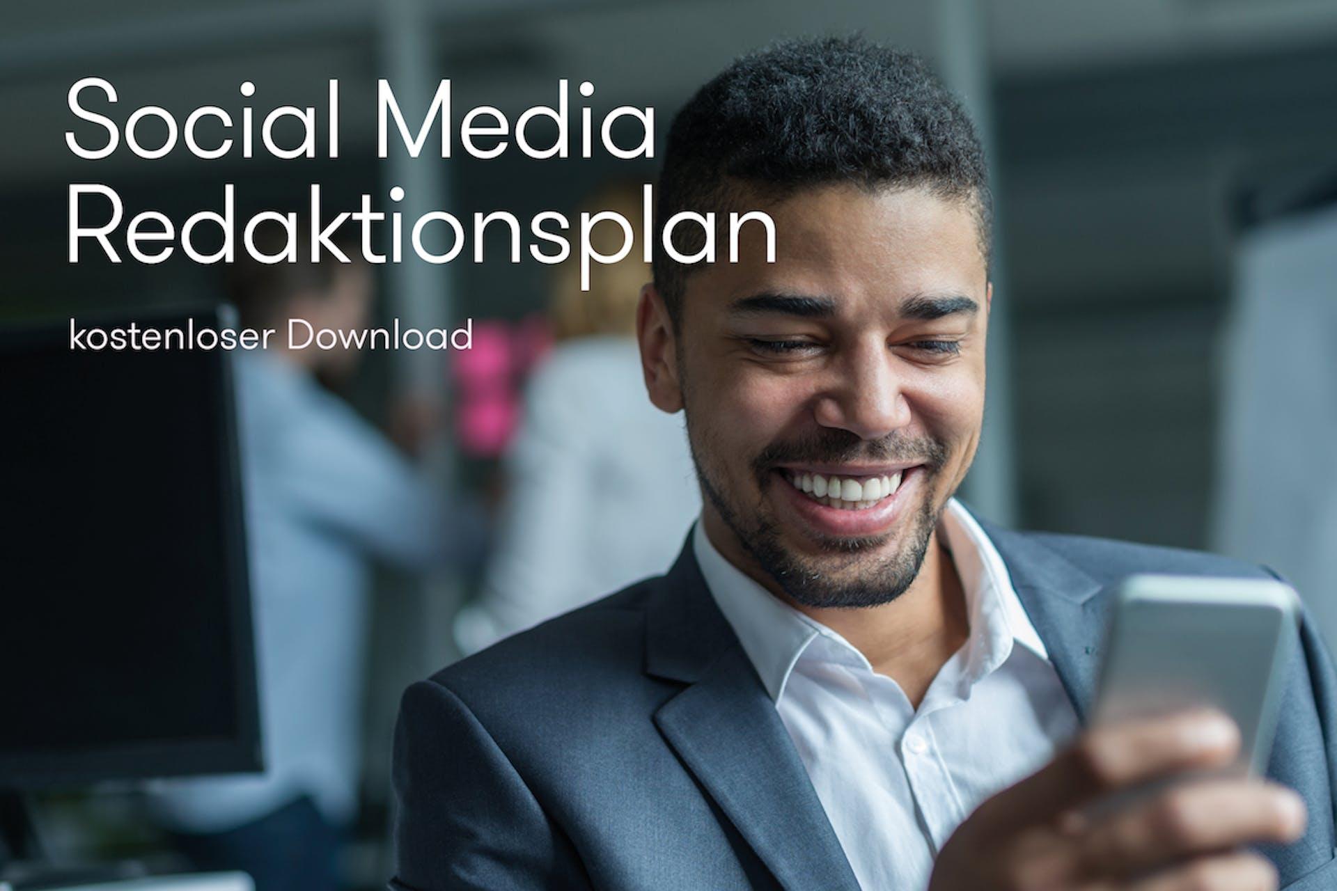 Man schaut lächelnd auf sein Smartphone. Links von ihm steht Social Media Redaktionsplan kostenloser Download geschrieben