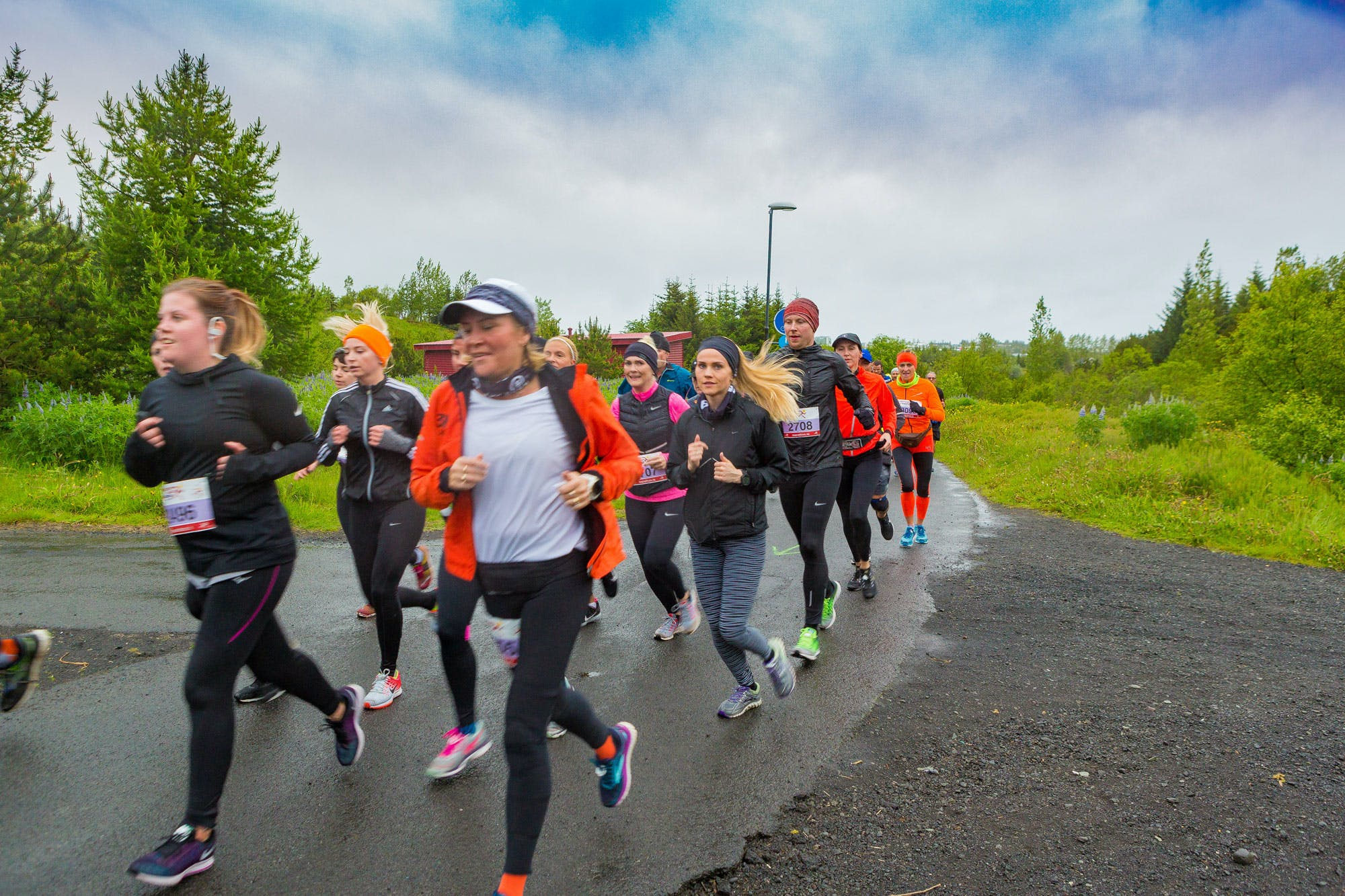 Participants in the Suzuki Midnight Sun Run running in valley Elliðaárdalur.