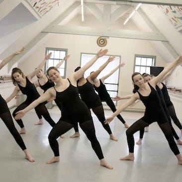 Tieners en volwassen dansers in een tilt tijdens een van de moderne danslessen die gegeven worden Hazerswoude en Alphen aan den Rijn.