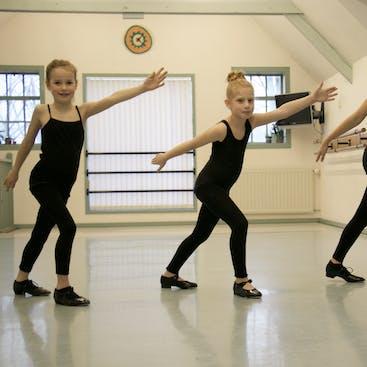 Leerlingen tijdens een tapdance les in Hazerswoude.