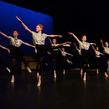 Voorstelling in  het theater. Kinderen tieners en volwassenen uit Hazerswoude en Alphen aan den Rijn doen hieraan mee.