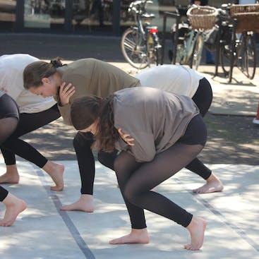 Leerlingen in een moderne danspose tijdens eens van de optredens die wij gaven in Hazerswoude en Alphen aan den Rijn.