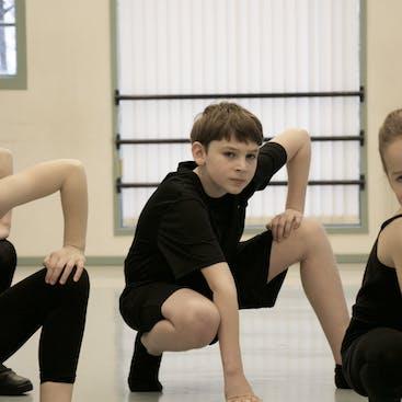 Een jongen in een stoere pose tijdens een van de streetdance/hiphop lessen die wij geven.