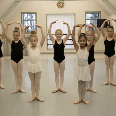 Kinderen vanaf 6 jaar in de balletles.