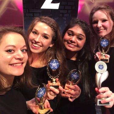 Presentatiegroep 1 met de prijs die ze gewonnen hebben bij een danswedstrijd.