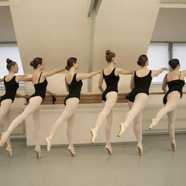 Tieners en volwassenen op spitzen bij een klassiek balletles. Balletlessen worden gegeven in Hazerswoude en Alphen aan den Rijn.