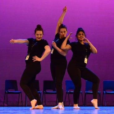 Dansers van Balletstudio Mirjam Ouwerkerk op het podium tijdens onze jaarlijkse voorstelling in het theater in Alphen aan den Rijn.