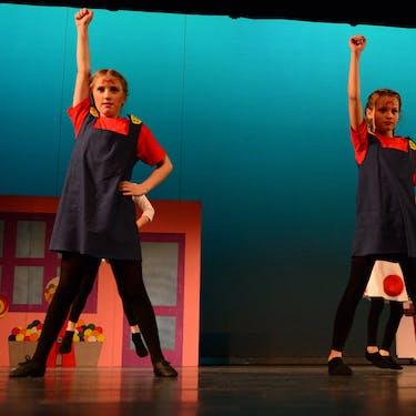 Dansleerlingen van een van de streetdance/hiphop lessen in het theater.
