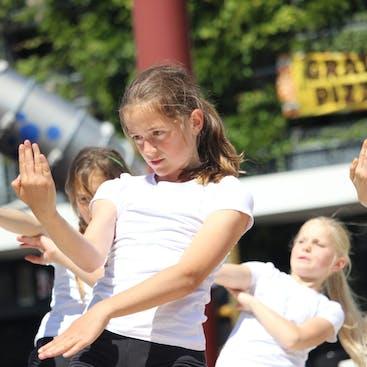 Leerling in een danspose tijdens een van de optredens die wij gaven.