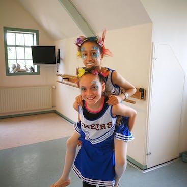 Twee kinderen met leuke kostuums en mooie schmink  tijdens een kinderfeestje die wij organiseren in de Balletstudio in Hazerswoude-Rijndijk of op een eigen locatie in de gemeente Alphen aan den Rijn.
