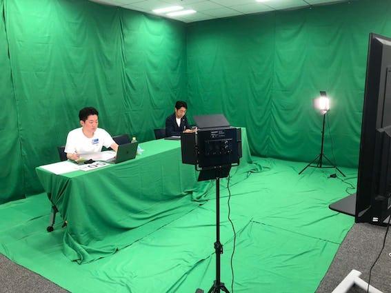 グリーンスクリーンで覆われたスタジオ風景