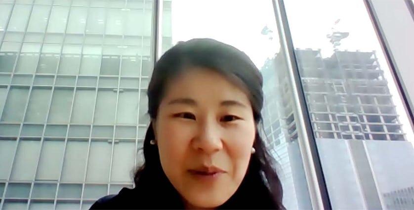 インタビューに答える女性のイメージ