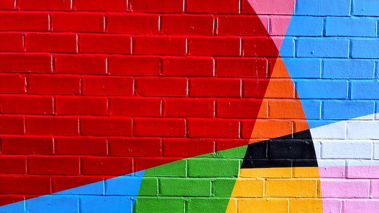 カラフルにペイントされたレンガ壁の画像